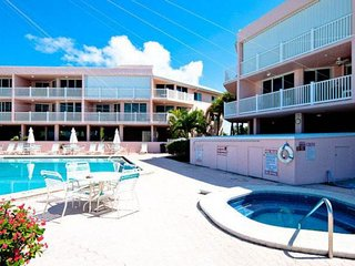 Gulf-front condo with shared pool and hot tub, great ocean views, walk to beach!
