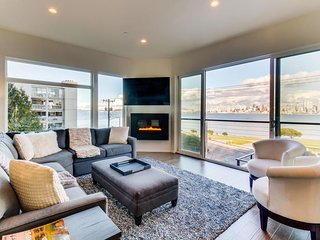 Spacious waterfront condo with Rooftop deck and Stunning views