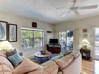 Stylish townhome w/ shared pool and hot tub, walk across the street to the beach