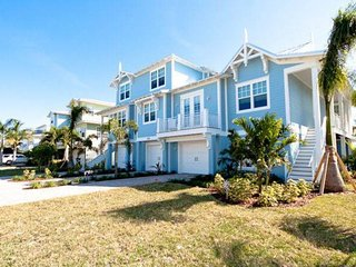 Welcoming condo moments away from the beach w/ private pool & more!