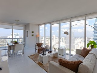 Renovated Modern Highrise with Breathtaking River and City views. FREE SPA