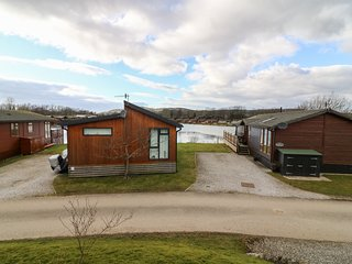 MALLARD LODGE, open-plan living, decking with BBQ, master with en-suite, Ref 917