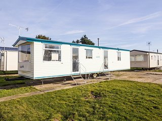 8 Berth Caravan in Seawick Holiday Park. Clacton-on-Sea. Ref: 27526