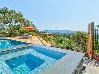 2BR Napa Valley Vineyard-View Cottage w/ Loft—Private Hot Tub & Shared Pool