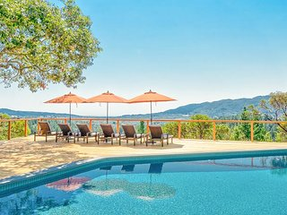 2BR Sonoma Valley Vineyard-View Cottage w/ Loft—Private Hot Tub & Shared Pool