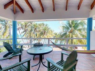 Cozy condo with full kitchen, balcony & shared pool - walk to the beach!