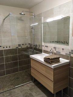 salle de bains avec douche à l'italienne de 90cm*160cm