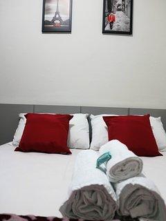 Quarto com cama de casal e ar condicionado silencioso