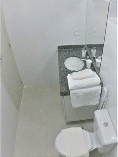 Banheiros limpos, com duchas higiênicas, amenidades de banho, secador de cabelo e toalhas macias