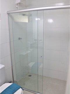 Todos os banheiros com duchas quentes e água forte