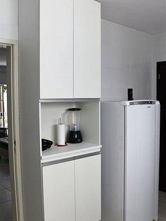 cozinha completa com refrigerador e todos os utensílios