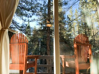 Cozy Rustic Cabin w/ Fireplace, Close to Both Ski Resorts, Hiking, Zoo & Golf.