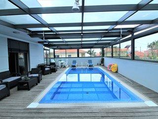 Unique Villa In City Center & Heated Pool , Jacuzzi