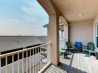 Comfortable, well-equipped condo with shared pool and private washer/dryer!