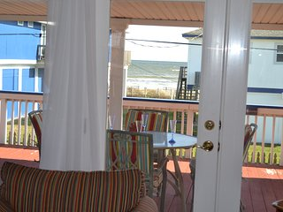 Adorable Bungalow in Bermuda Beach, close to water, sleeps 8, Covered decks