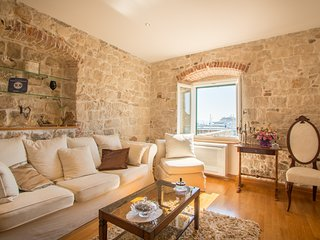 Luxury Seafront apartment in historic house with amazing sea view (4 stars)