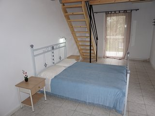 Quiet getaway apartment for 4-5 persons only 150 meters from Kaliviotis beach