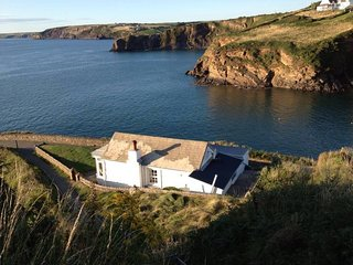 Point Cottage - expansive coastal views in the national park, sleeps 2