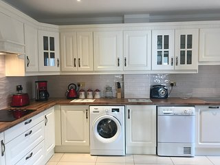 Killarney Luxury 4BR Town House - sleeps 9   FREE Parking/ WiFi - Great Location
