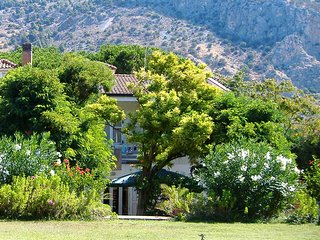 Bellissimo appartamento in villa con ampio giardino, a 20 minuti dalla spiaggia