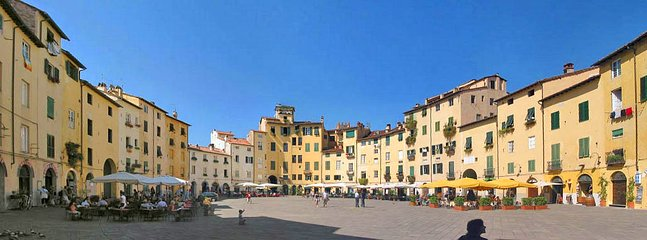 The beautiful medieaval city of Lucca can be reached in 20 minutes by car.
