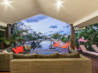 LAGUNA BAY - CHIC STYLISH WATERFRONT HOME WITH HEATED SWIMMING POOL