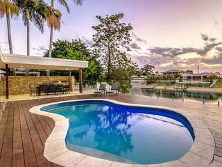 VOGUE HOLIDAY HOMES - THE SANDS   (SPACIOUS / HEATED POOL / JACUZZI)