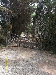 Portón de entrada con camino privado