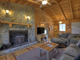 Birch Tree romantic & secluded cabin w/ indoor hot tub & wood burning fireplce