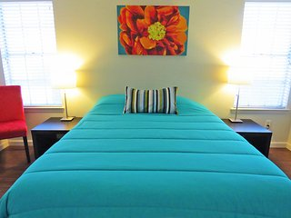 Queen Bedroom in a Spacious 2Bed/2Bath Townhome near The Domain