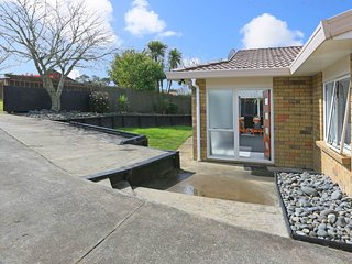 Sweet and Private House. Door to Piha & Kumeu