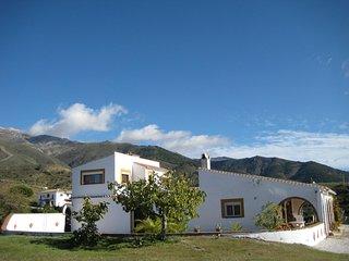 Prachtige villa met zwembad en 360 graden uitzicht op de bergen