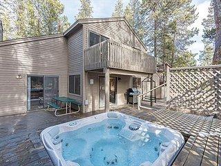 3 Bedroom Sunriver Beauty Has Fireplace, Hot Tub, Two Decks & SHARC passes