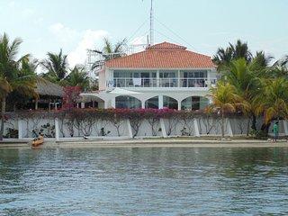 Villa dunas, casa en primera línea del mar con playa y muelles privados. Dunas