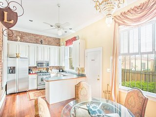 Stay Local in Savannah: Massive downtown manor with parking for two cars!