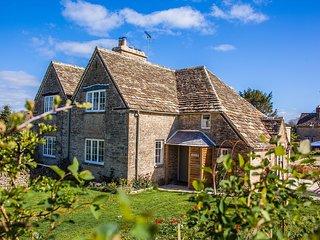 Stunning Cotswold stone cottage nestled on Bathurst Estate, short walk to pub
