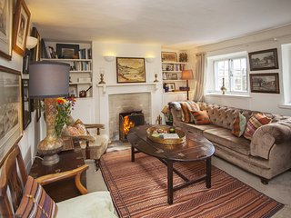 Charming Cotswold stone cottage in an idyllic Cotswold village with open fire