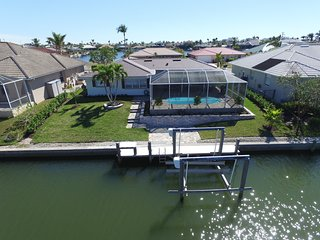 Waterfront Home, Heated Pool, Boat Lift, Beautifully Decorated, Lanai, Wifi