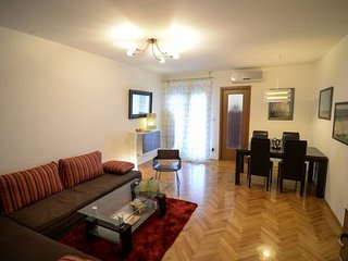 Aurora apartment for 4, easy parking