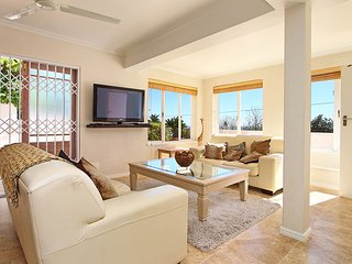 Stunning 2 Bed Camps Bay Apartment with Pool and Sea Views - Ingleside Apartment
