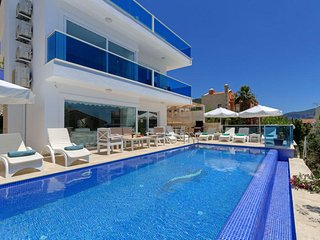 Beautiful 4 Bedroom Villa with Private Pool, 400 metres from the Sea.