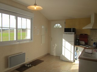 Vue sur la cuisine avec sa grande baie vitrée - les logis de la rimbertière - Thuré 86 - futuroscope