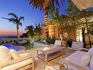 Luxurious 5-Star Camps Bay Villa with Pool and Jacuzzi - Villa Pinache