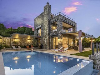 Luxurious Villa Tina,family vacation with private pool & close to beach