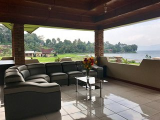 SPACIOUS - LAKE VIEW VILLA, TUKTUK, LAKE TOBA
