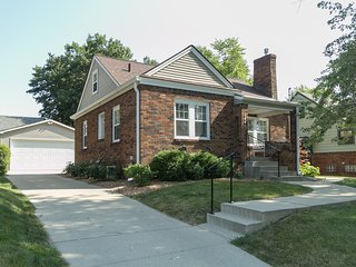 Comfy 3 BR in Beaverdale neighborhood.  Close to Drake University