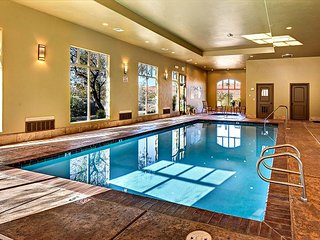 Easy pool access in this 3 bed/2 bath suite with Amazing Views! Sleeps 12!