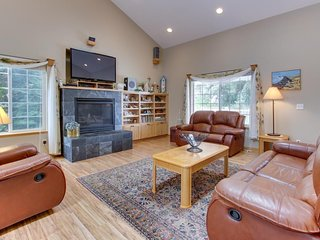 Great family home with a firepit - walk to the beach and Sunset Lake!