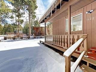Charming 3BR w/ Fireplace, Deck, Grill & Large Backyard - Near Ski Resorts