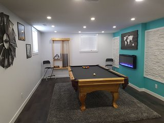 Comfy Modern Trendy Private bsmt suite. separate entrance. King bed close to YYC